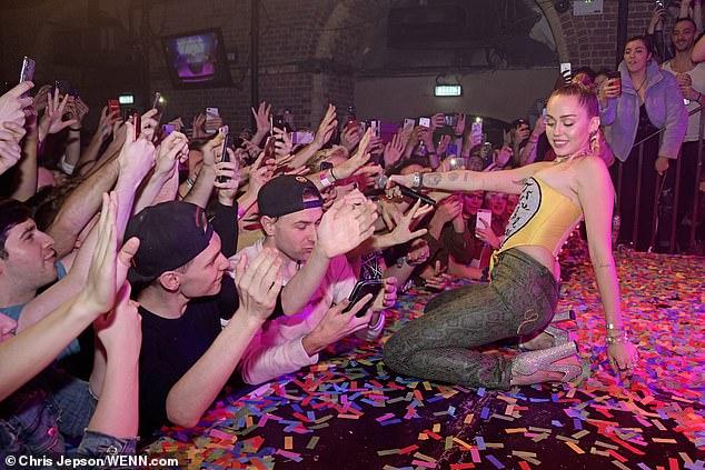 麦莉•塞勒斯在英国同性恋俱乐部表演