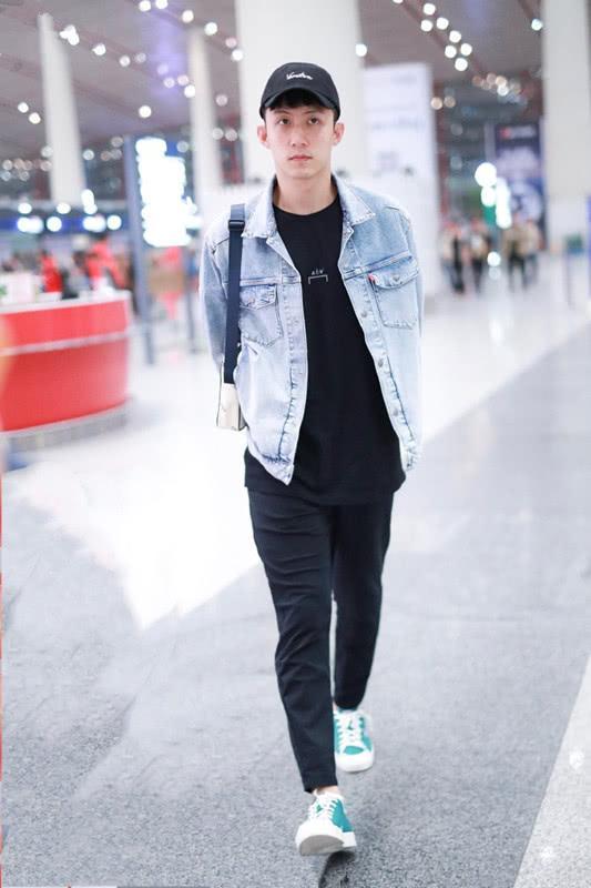 黄景瑜穿浅色牛仔衣搭铅笔裤,男生这么穿可帅了!