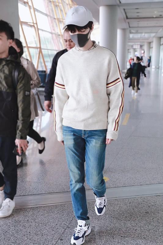 王俊凯这么穿阳光帅气,一件套头衫搭衬衫,简装也穿出气质!