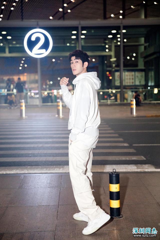 32岁李治廷黑白衬衫时髦简约,颜值身材齐上线
