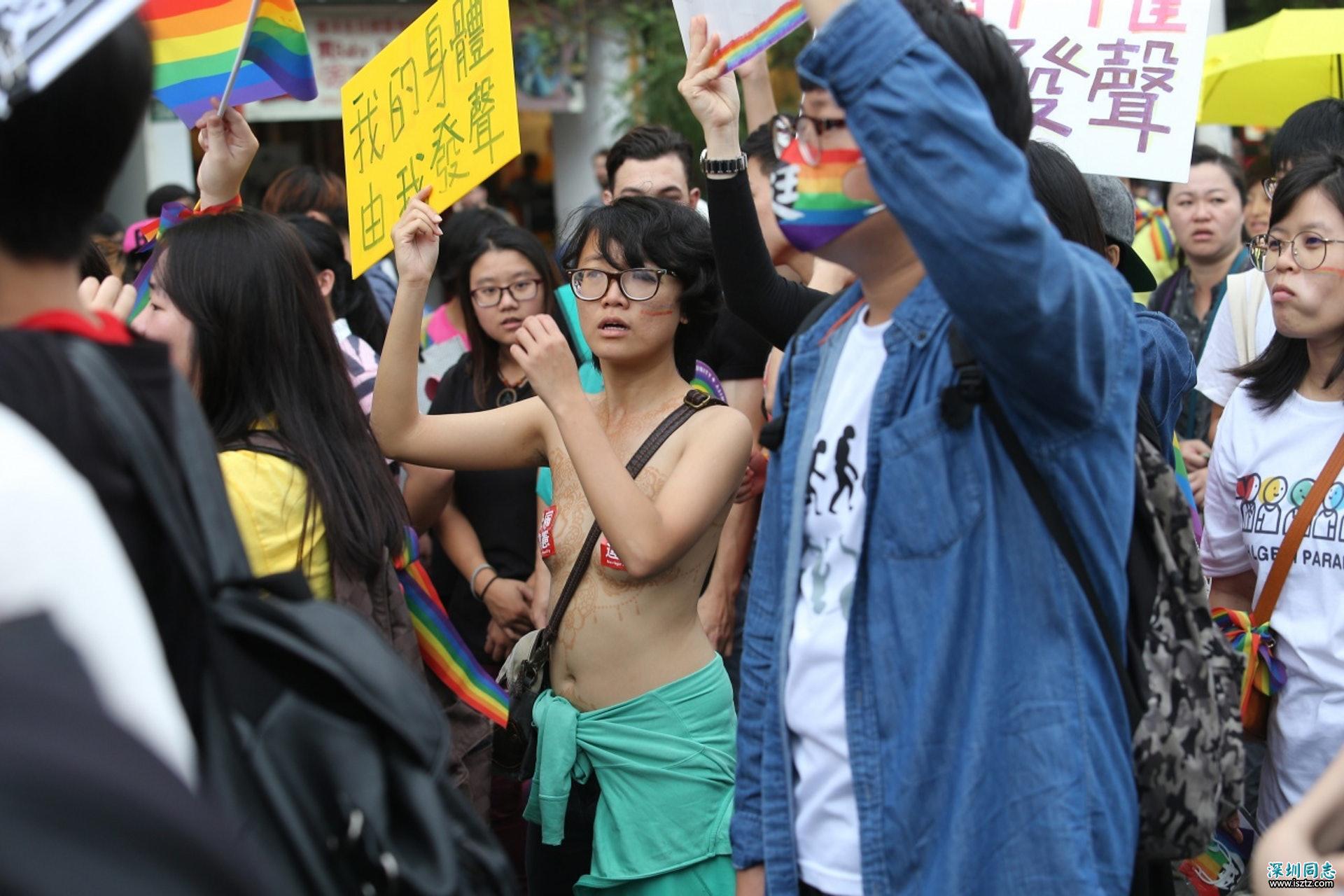 去年11月,同性婚姻問題在台灣爭議激烈。一名國中女教師上半身只貼胸貼參與遊行,以行動爭取婚姻平權;另有異性戀夫妻帶小孩走上街頭,力挺同性婚姻合法化。近日台灣總統蔡英文接見挺同婚與反同婚雙方陣營,能否二讀通過《民法》修正案仍是未知之數。反方提出另立「同性伴侶法」就不需修改其他法例。但法務部最新委託研究報告中的「同性伴侶法」草案,也確實無法提供同志們稅法、訴訟法、社福等相關權益。(中央社)